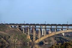 在桥梁的坦克 库存照片