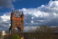 在桥梁的塔 免版税库存图片