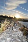 在桥梁的多数惊人的日落圆材爱尔兰在湖 图库摄影