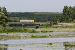 在桥梁的大卡车 图库摄影