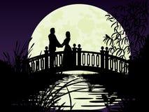 在桥梁的夫妇。 免版税库存照片