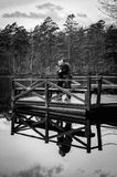 在桥梁的夫妇在黑白照片 库存照片