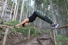 在桥梁的女子实践的瑜伽 库存照片