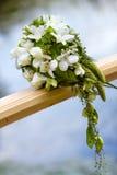 在桥梁的婚礼花束 图库摄影