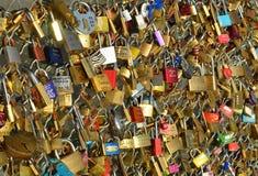 在桥梁的婚姻的挂锁在巴黎 图库摄影