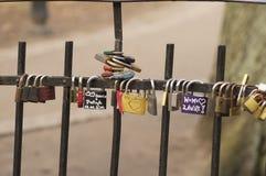 在桥梁的婚姻的挂锁 库存照片