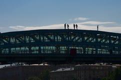 在桥梁的屋顶的步行 库存图片