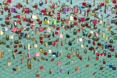 在桥梁的很多挂锁 库存照片