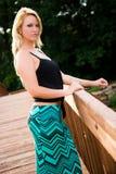 在桥梁的性感的白肤金发的时装模特儿 免版税库存照片