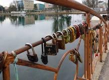 在桥梁的挂锁 恋人的传统 俄国 辛菲罗波尔 库存照片