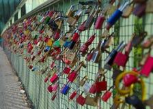 在桥梁的挂锁 库存图片