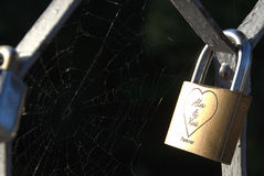 在桥梁的挂锁 免版税库存照片
