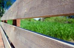 在桥梁的新的木路轨cand板条在苍鹭圈落后 免版税图库摄影