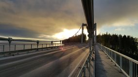 在桥梁的日落在向sysma芬兰的路 免版税库存照片