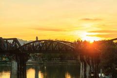 在桥梁的日落在河kwei 库存图片