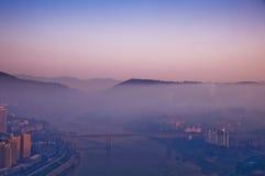 在桥梁的早晨雾 免版税库存照片