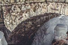 在桥梁的曲拱的下冰柱 图库摄影