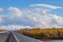 在桥梁的柏油路在堪察加河 i 库存图片