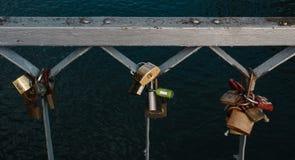 在桥梁的栏杆安置的爱锁 免版税图库摄影