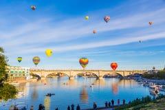 在桥梁的气球 免版税图库摄影