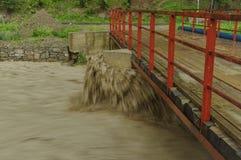 在桥梁的水洪水 图库摄影