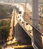 在桥梁的汽车通行 免版税库存图片