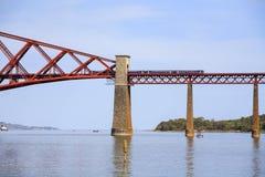 在桥梁的火车在苏格兰 免版税图库摄影