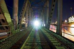 在桥梁的火车 免版税库存图片