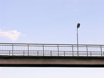 在桥梁的灯笼在轨道上 免版税库存图片