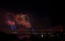 在桥梁的烟花在伊斯坦布尔,土耳其 免版税图库摄影