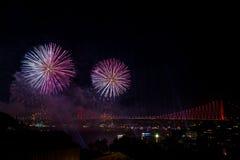 在桥梁的烟花在伊斯坦布尔,土耳其 库存照片