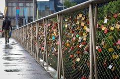 在桥梁的爱衣物柜在格拉茨 库存图片