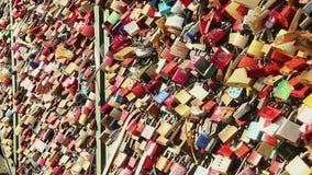 在桥梁的爱锁,重的挂锁垂悬,关系标志 影视素材