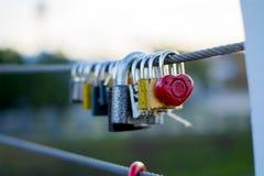 在桥梁的爱锁 免版税图库摄影