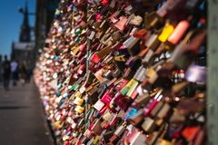 在桥梁的爱锁 免版税库存图片