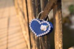 在桥梁的爱锁 免版税库存照片