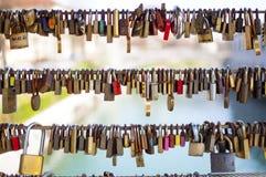 在桥梁的爱padocks 免版税库存照片