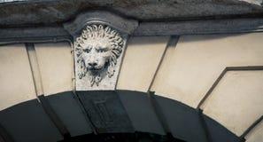 在桥梁的狮子安心 库存图片