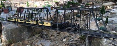 在桥梁的玩具火车 库存图片