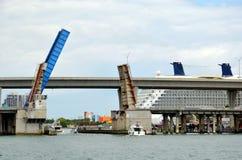 在桥梁的看法在迈阿密,加利福尼亚 免版税图库摄影