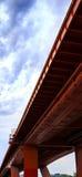 在桥梁的看法从下来下 免版税库存照片
