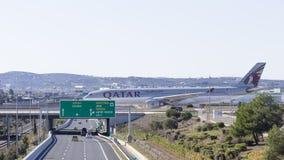 在桥梁的空中客车A-330-302对机场,希腊 免版税库存照片
