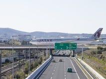 在桥梁的空中客车A-330-302对机场,雅典 图库摄影