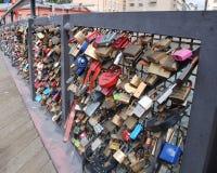在桥梁的篱芭的锁 免版税库存图片