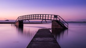 在桥梁的紫色焕发对无处 库存图片