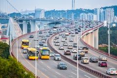 在桥梁的繁忙的交通特写镜头 免版税图库摄影