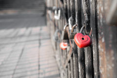 在桥梁的红色爱锁 库存照片