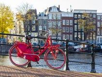 在桥梁的红色自行车 图库摄影