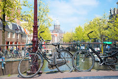 在桥梁的自行车在阿姆斯特丹荷兰 库存图片