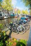 在桥梁的自行车在阿姆斯特丹荷兰 库存照片